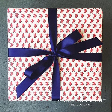 Christmas gift wrapping with Cartavarese Red Lion design by Rossi1931